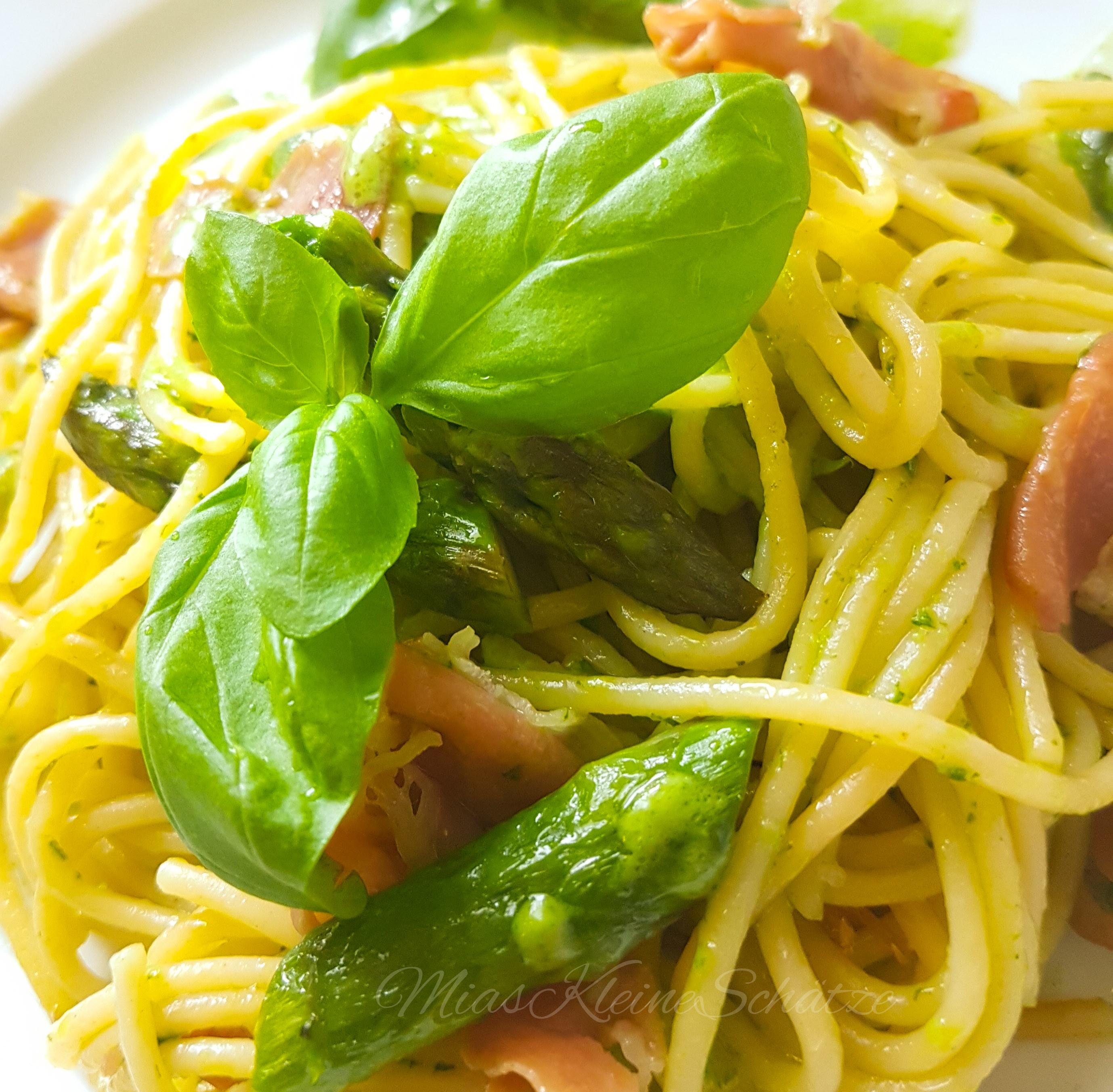 Rezept: Pasta mit grünem Spargel, Serano Schinken & Pesto